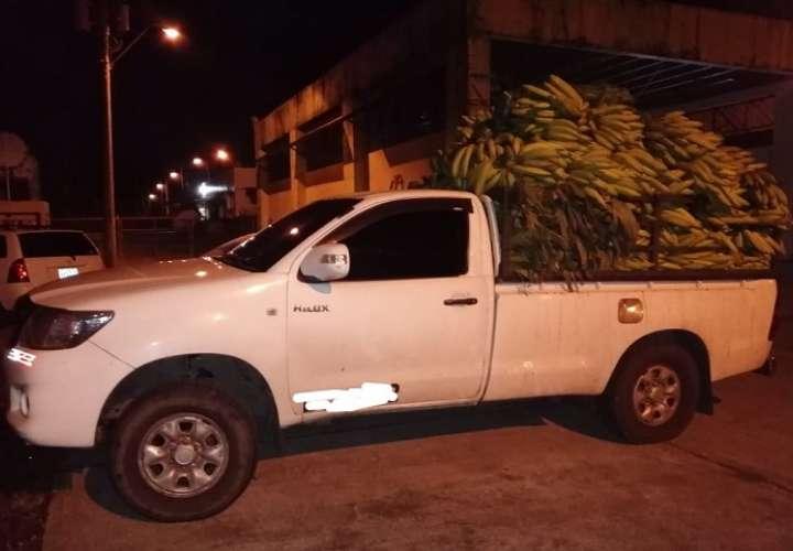 Tres extranjeros viajaban ocultos en medios de sacos  de limones y mazorcas de maíz.