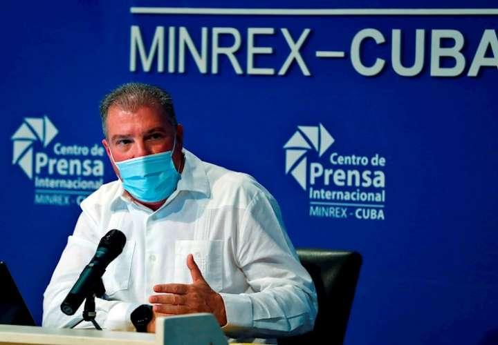 El ministro de Turismo de Cuba, Juan Carlos García, habla durante una conferencia de prensa en la sede del Centro de Prensa Internacional. EFE