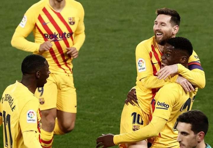 Moriba Kourouma (d) celebra con Leo Messi (c) tras marcar. /EFE