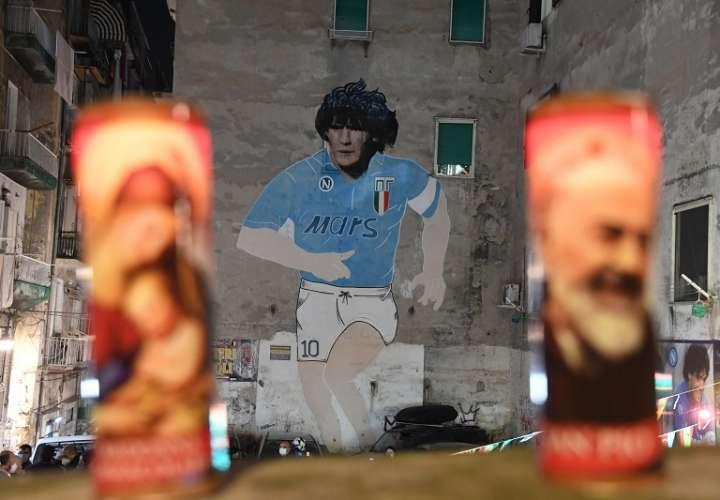 En Nápoles, Italia, le rinden tributo. /EFE