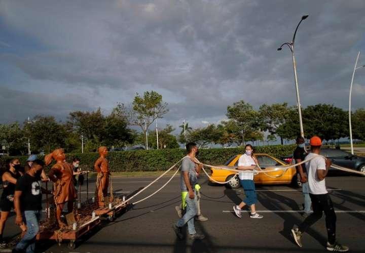 Artistas y ciudadanos en general marchan hoy hacia la sede del Parlamento de Panamá durante una protesta contra los abusos sexuales a menores en albergues. EFE