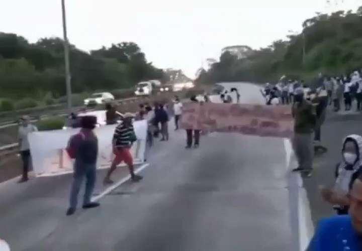 Marcha y protestas por orden de desalolojo en asentamiento informal