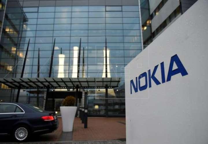 Vista del logotipo de Nokia en la entrada de la sede de la compañía en Espoo (Finlandia). EFE