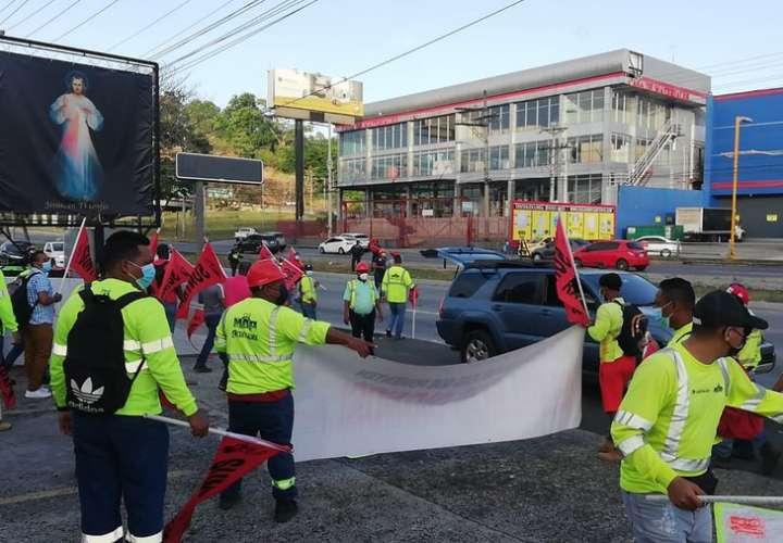 Obreros salen  a las calles en defensa del trabajo y de la CSS