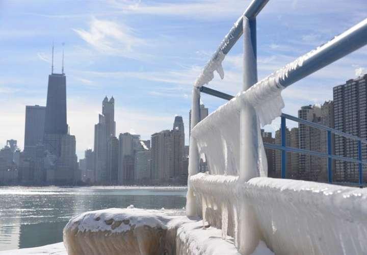 Vista de los alrededores congelados de un lago, en Chicago (EE.UU.). EFE