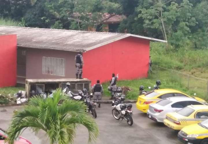 Vista general de un operativo policial realizado en la comunidad Irving Saladino.