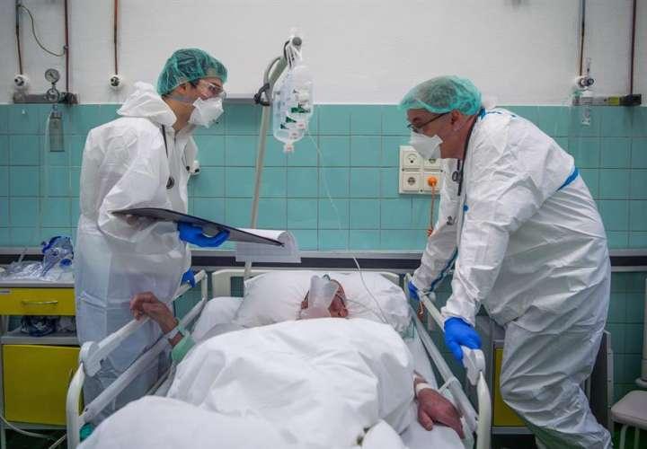 Dos sanitarios atiendían a un paciente de covid-10 en la uci del hospital Szent Janos, en Budapes, el pasado mes de diciembre. EFE