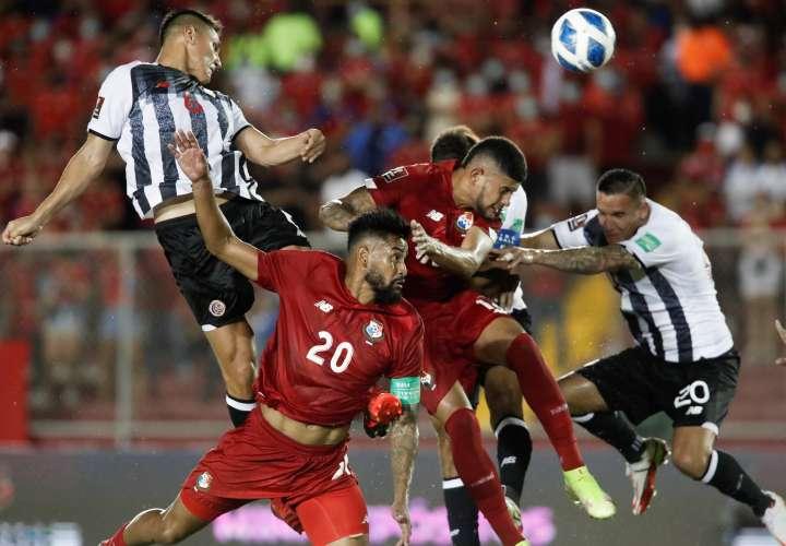 Godoy (20) y Andrade luchan por rematar el balón. /EFE
