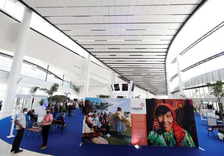 Visitantes recorren el Panama Convention Center (PCC) el día de su inauguración. EFE
