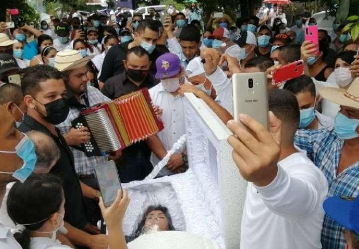 Llanto, típico y Old Parr a pico de botella en funeral de Adelith en Macaracas