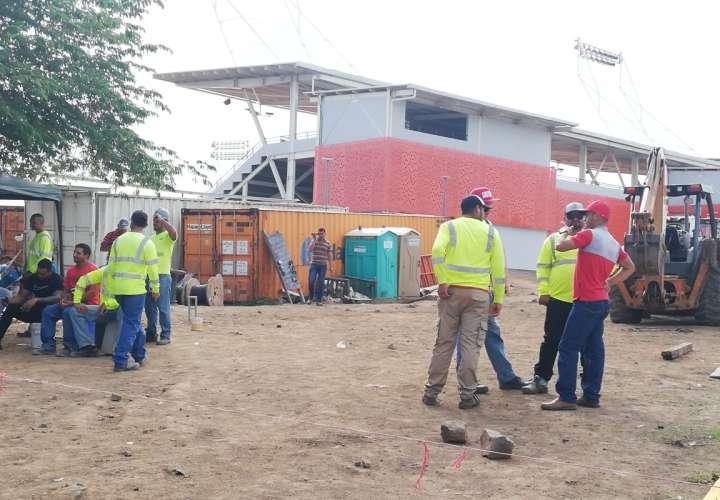 Trabajadores paralizan construcción de estadio Roberto 'Flaco Bala' Hernández