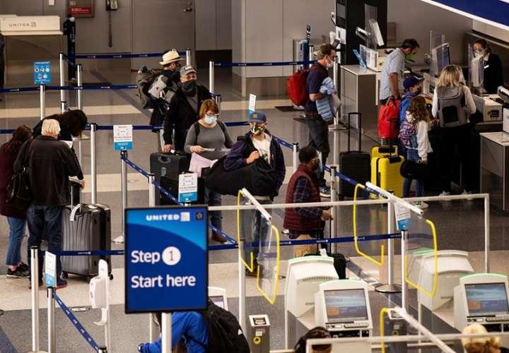 Pasajeros hacen check-in en el Aeropuerto de Los Ángeles, California (EE.UU.). EFE