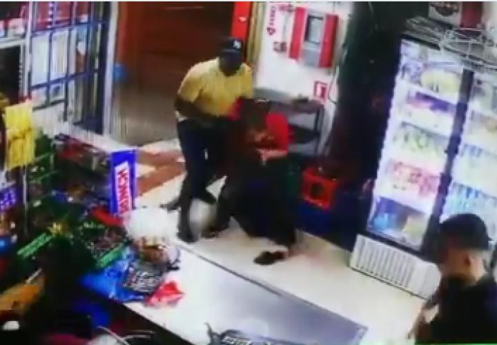 [Video] Asalto a mano armada en minisúper de Perejil