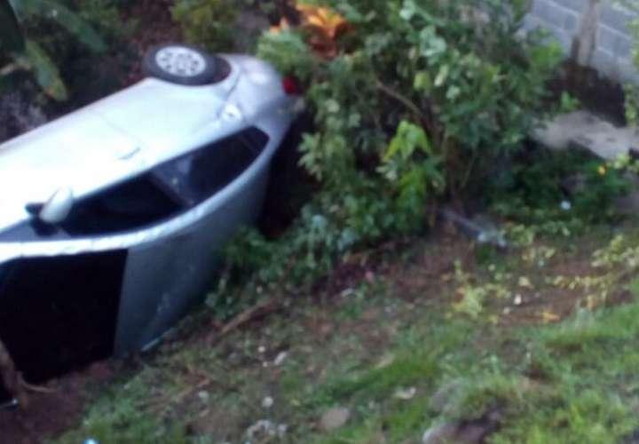 Auto cae a precipicio en Arraiján