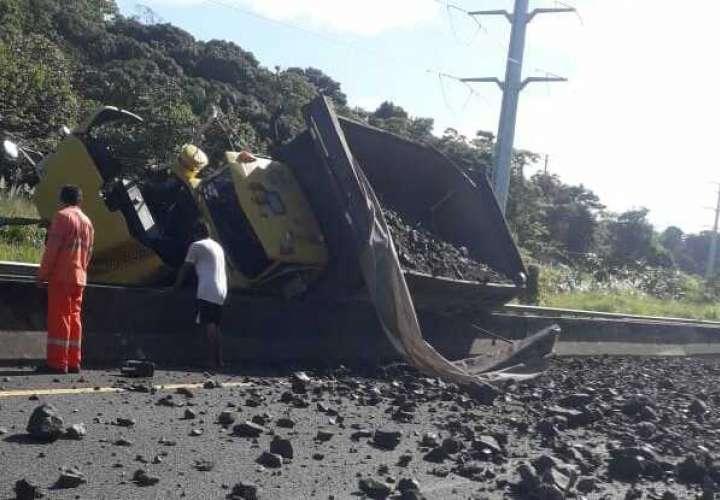 Reguero de piedras en la autopista Panamá-Colón  [Video]