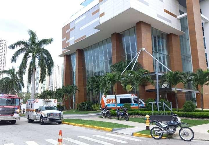 Rescatan a dos trabajadores que quedaron colgados en piso 37 de edificio