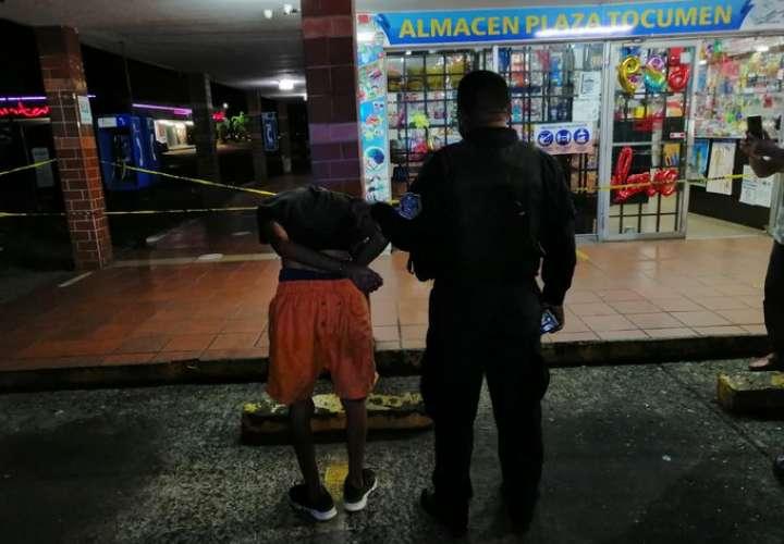 """Lo pillan """"infraganti"""" robando en un almacén en Nuevo Tocumen  ([Video]"""