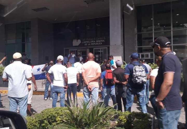"Miembros de ""Movimiento Calidonia"" realiza piqueteo frente a la Contraloría"