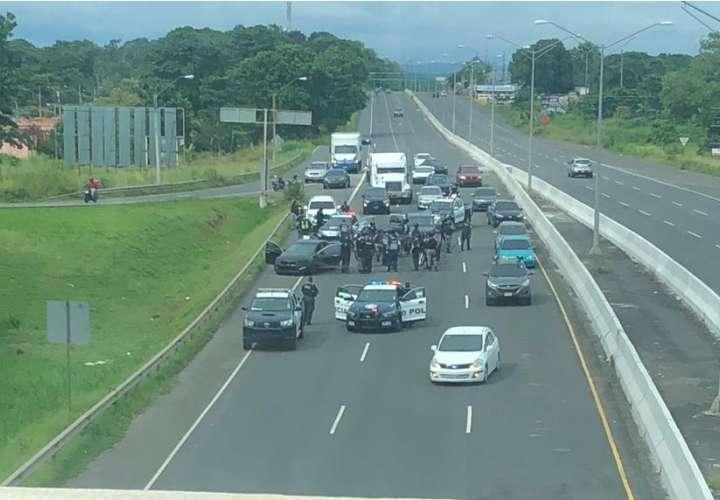Persecución en autopista termina en aprehensión de conductor que evadió retén