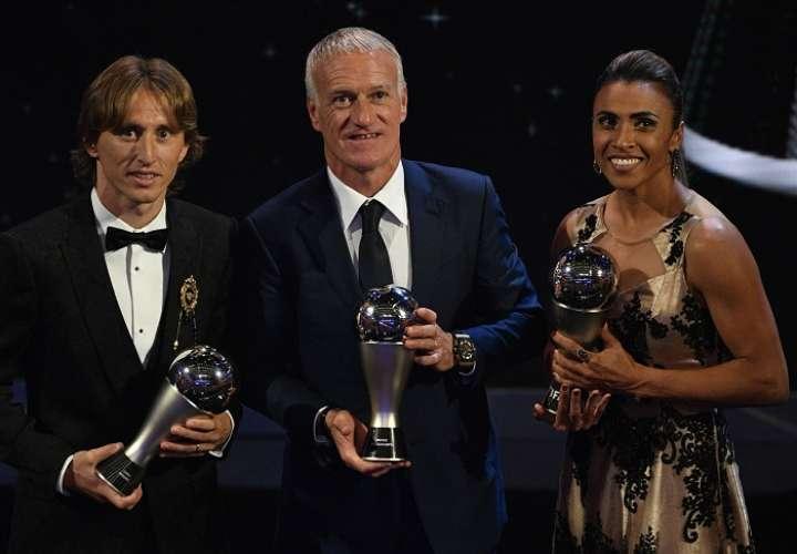 Luka Modric, del Real Madrid; el técnico de la selección francesa Didier Deschamps, y la futbolista brasileña Marta, posan con sus galardones durante la entrega de premios ''FIFA the Best 2018''./ EFE