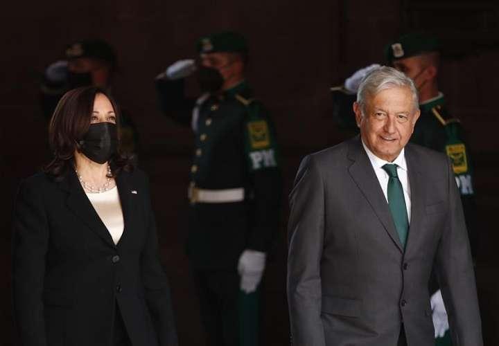 El presiente de México, Andrés Manuel López Obrador (d), y la vicepresidenta de Estados Unidos, Kamala Harris (i), durante el recibimiento de honor en Palacio Nacional de la Ciudad de México. EFE