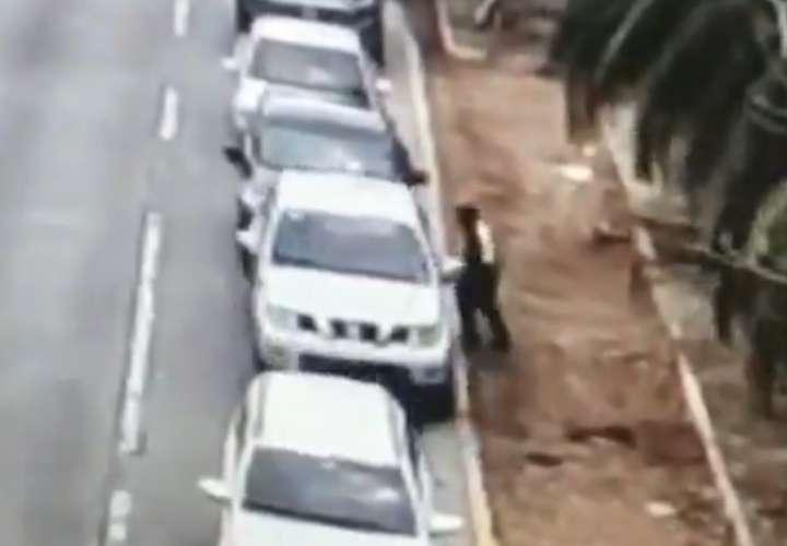 Arrastra unidad de Tránsito y colisiona auto en intento de fuga. Lo agarraron