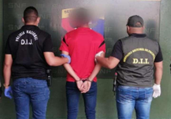 En la imagen aparece de espaldas el sospechoso del homicidio del excandidato a representante por el partido Panameñista, Benigno Ábrego Martínez.