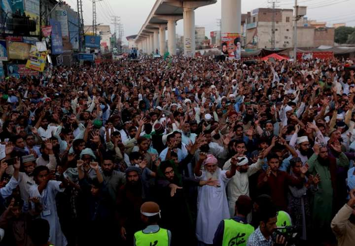Partidarios de Tehreek-e-Labbaik Pakistan (TLP) protestan mientras exigen la liberación de Hafiz Saad Hussain Rizvi, jefe del partido político religioso Tehreek-e-Labbaik Pakistan (TLP), en Lahore, Pakistán. EFE