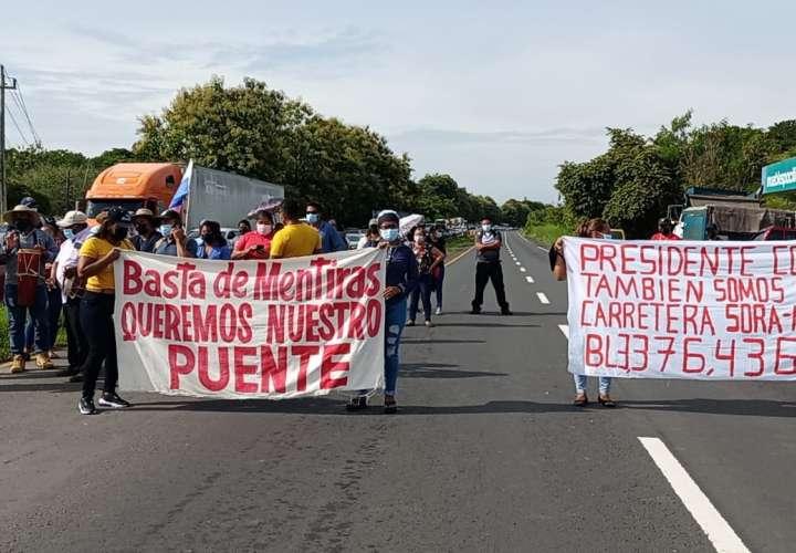 Moradores de Manglarito cierran vía para exigir construcción de carretera