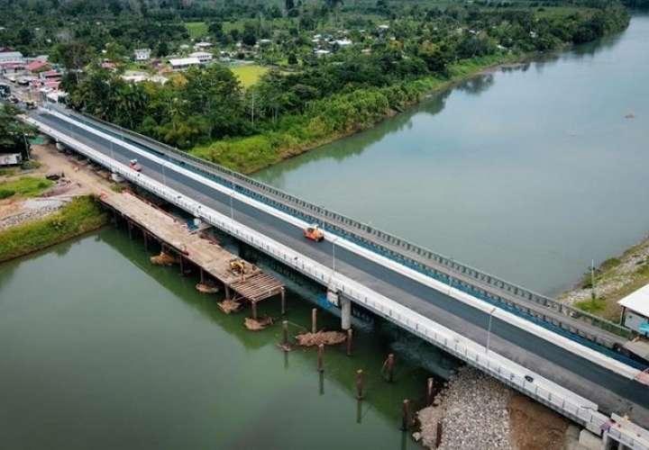 Vista aérea del puente binacional sobre el río Sixaola, en la frontera entre Panamá y Costa Rica. EFE