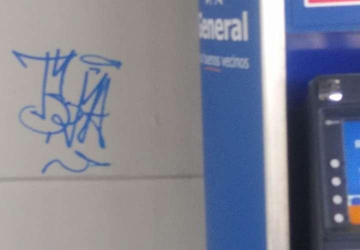Agarran a menor rayando las paredes de la estación del metro