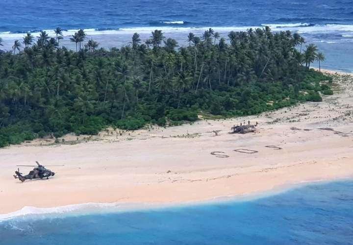 Marinos naufragan terminan en isla desierta del Pacífico, escriben SOS y...