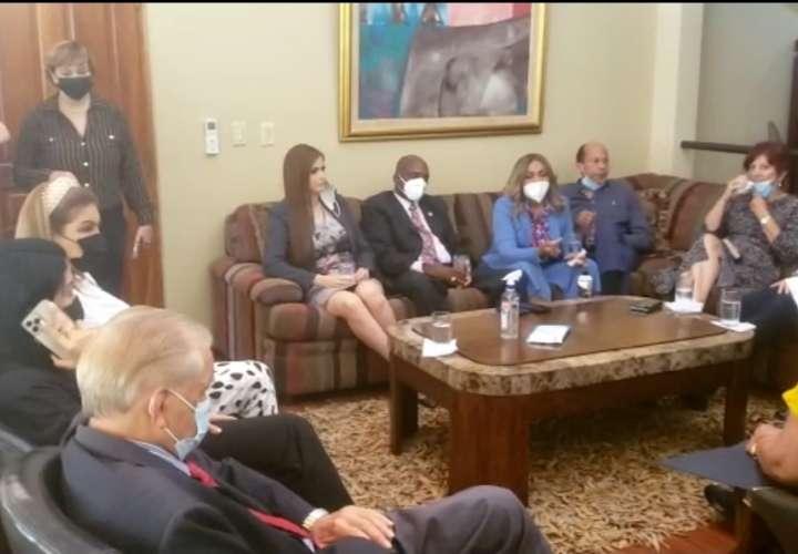 Expresidente Martinelli se reúne con diputados del CD  [Video]