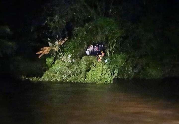 Rescatan sanas y salvas a 10 personas que quedaron atrapadas en río