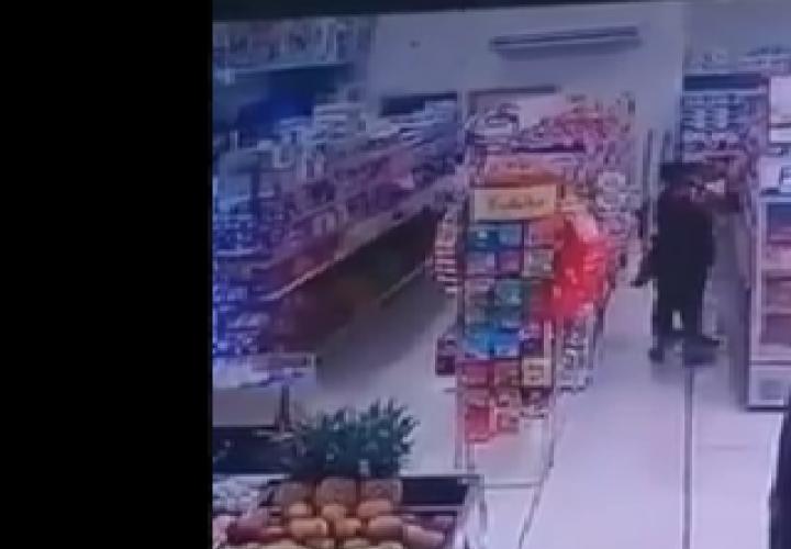 Ladronas amenazan con filo a dueño de establecimiento [Video]