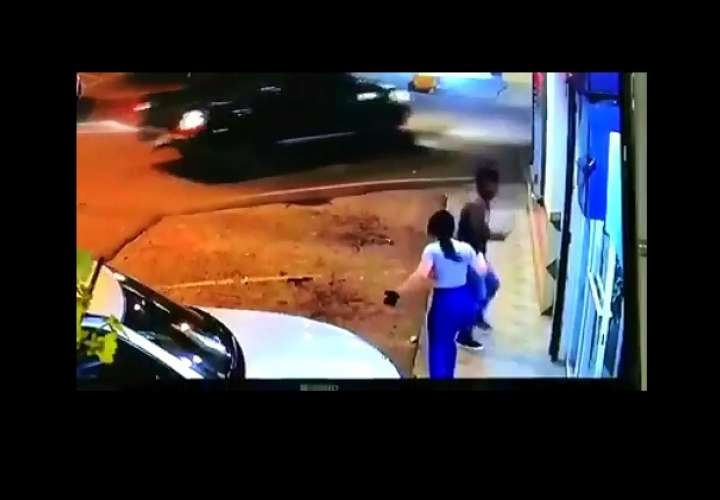 Le roba la cartera y sale huyendo (Video)