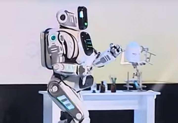 Supuesto robot avanzado presentado en televisión rusa era un hombre disfrazado