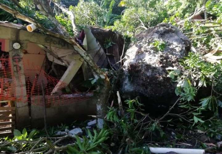 ¡Se salvaron! Enorme roca cae sobre dos viviendas en Las Cumbres