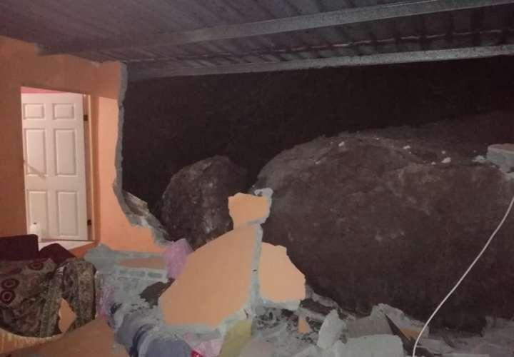 Rocas enormes se deslizan y destruyen parte de una vivienda en Alcalde Díaz