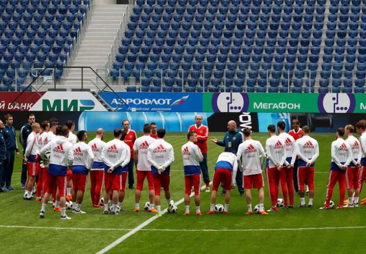 La selección de fútbol rusa entrena en el Estadio de San Petersburgo. Foto EFE