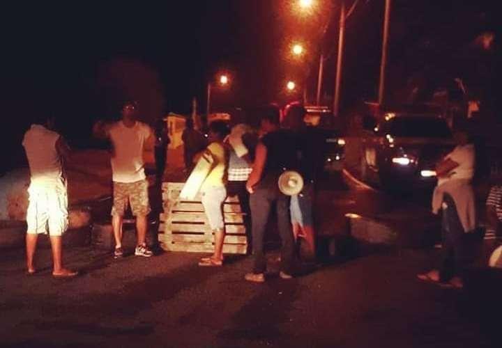 Falta de insumos y de personal médico provoca cierre de vía en Colón