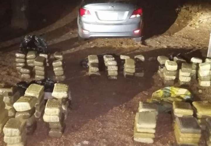 Aprehenden a dos con 133 paquetes de droga y arma en San Carlos