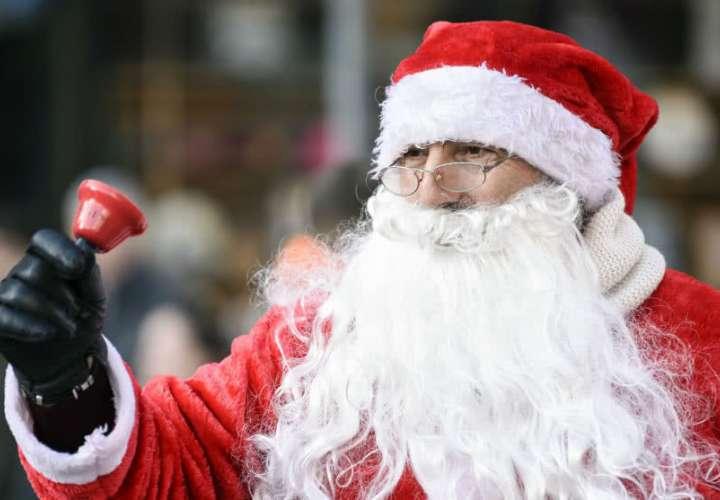 Santa Claus robó un banco y luego regaló el dinero en la calle