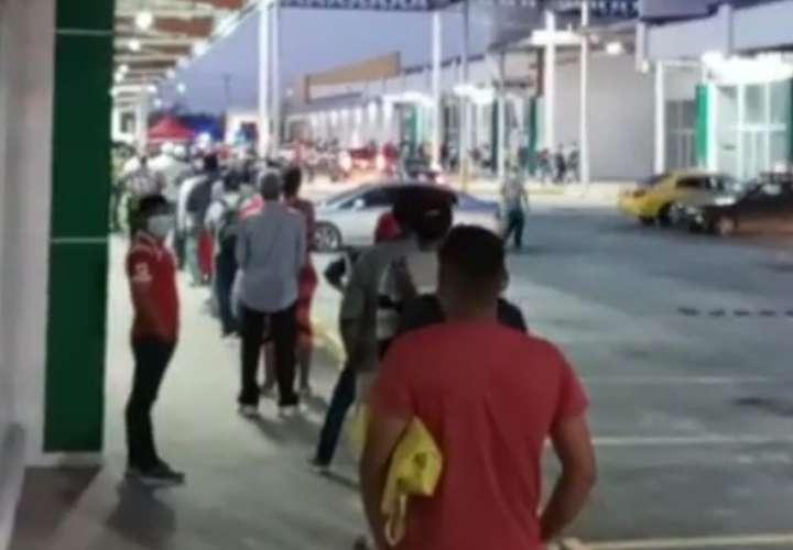 Hombres madrugan y hacen largas filas en los supermercados (Video)