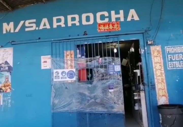 Tres delincuentes armados roban en minisúper de Colón