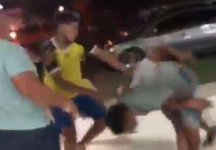 Insultos, patadas y puñetes entre varios jóvenes en un lavaauto  (Video)