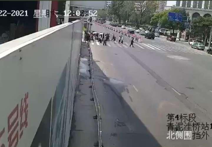 Conductor embiste a un gentío en China y mata a cinco personas (Video)