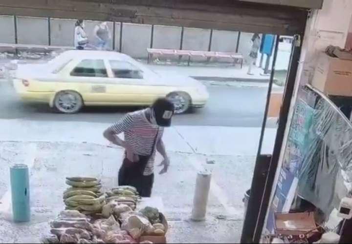 Alias 'Aku' roba minisúper en Santa Marta y sale como si nada (Video)