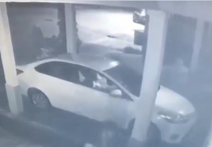 Con arma en mano roban a pareja su vehículo [Video]