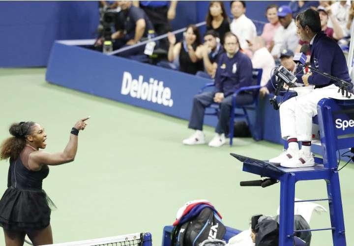 Serena Williams (izq.) insultó al juez de silla, Carlos Ramos. Foto: AP